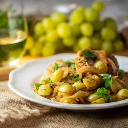 Spanish chicken with grapes, cilantro and white wine
